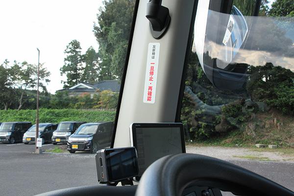 車内にも「左折時は一旦停止・再確認」シールを添付し乗務員の意識高揚を図る